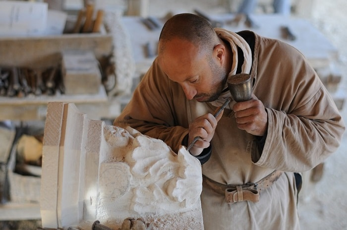 E 27 © Clément Guérard - Tailleurs de pierre - Taille d'un culot de la clé de voûte de la chapelle-min