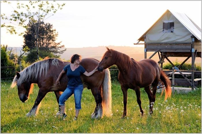 Valerie_et_ses_chevaux_devant_les_bivouacs_la_montagne_aux_alouettes
