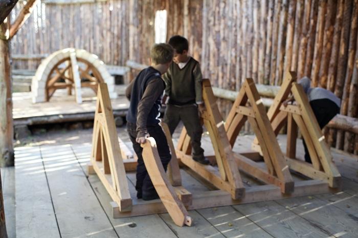 R 24 © Guédelon - Visiteurs enfants sur le parcours pédagoqique Sur les pas des bâtisseurs