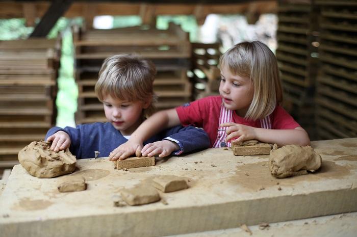 R 30 © Guédelon - Visiteurs enfants sur l'atelier terre