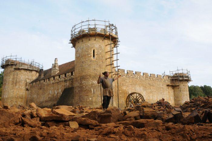 Guédelon - vue sur la Tour de la Chapelle depuis la carrière